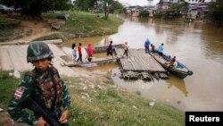Tentara Thailand berjaga-jaga di Sungai Kolok, bagian selatan provinsi Narathiwat province. (Foto: Dok)