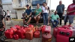 Hàng trăm người xếp hàng chờ từ buổi sáng để mua xăng ba ngày sau khi Bão Maria ập vào lãnh thổ này của Mỹ ở Biển Caribe, ở thành phố Carolina, Puerto Rico, ngày 23 tháng 9, 2017.