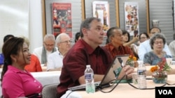 William and Sotie Heidt attended an informal gathering with Cambodian community in Silver Spring, Maryland, July 23, 2017. (Nem Sopheakpanha/VOA Khmer)