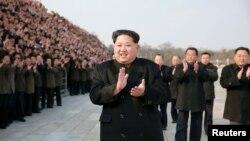 김정은 북한 국무위원장이 지난해 2월 광명성 4호 인공위성 발사 후 관련 과학자와 기술자들을 격려했다고, 조선중앙통신이 보도했다. (자료사진)