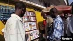 Des Guinéens lisent le journal à Conakry, Guinée, le 7 décembre 2009.