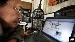 """2010年中国获奖博主""""老虎庙""""看着电脑上的新闻,标题是《谷歌考虑退出中国市场》。谷歌的忧虑和中国控制网上信息有关"""