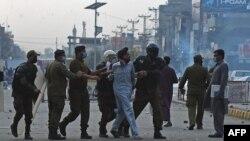 د پاکستان په بېلابيلو ښارونو کې احتجاجي ناستې دوام لري او سړکونه يې بند کړي چې له امله يې مطبوعات وايي خلک د ستونزو سره مخ دي.مظاهرې په لاهور، کراچۍ او د پنجاب صوبې په نورو ښارونو کې پېل کړی شوي دي