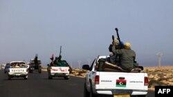 Đoàn xe của quân nổi dậy tiến về quê hương ông Moammar Gadhafi ở thị trấn Sirte gần Bin Jawad, 28/3/2011