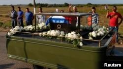 La caravana que cuida una pequeña urna de cedro cubierta con la bandera cubana partió en la mañana desde La Habana hacia el este de Cuba.