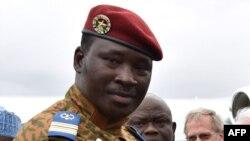Le lieutenant Colonel Isaac Zida acceuillant le président nigerian Goodluck Jonathan (pas sur la photo) à l'aéroport de Ouagadougou, le 5 novembre 2014.