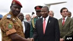 Pemimpin militer Burkina Faso Isaac Zida (kiri) menyambut kedatangan Presiden Nigeria Goodluck Jonathan di bandara Ouagadougou (5/11).