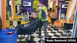 Frizerski saloni su počeli sa radom uz obaveznu zaštitnu opremu, Foto: VOA