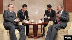 리수용 북한 외무상(왼쪽)이 14일 싱가포르에서 K 샨무감 외무장관과 회담하고 있다. 제공: 싱가포르 외무부.