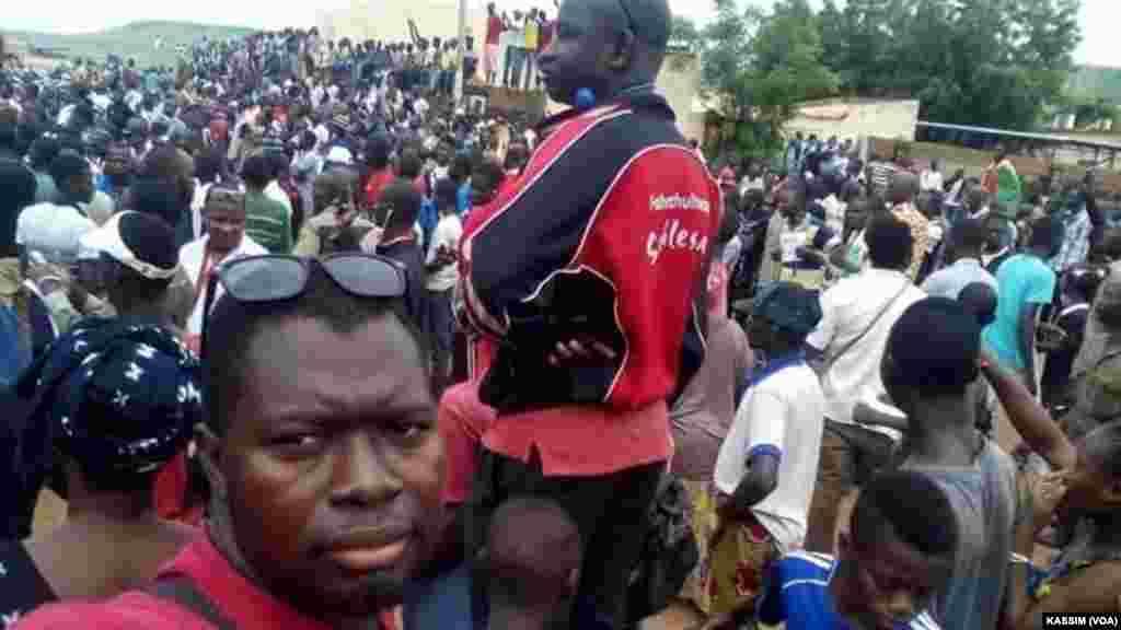 Manifestaion devant le tribunal dans la communeIV, Bamako, le 17 août, 2016. (VOA/Kassim Traoré)