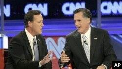 ທ່ານ Santorum (ຊ້າຍມື) ທ່ານ Romney (ຂວາມື) ຜູ້ສະມັກເປັນ ປະທານາທິບໍດີສະຫະລັດອາເມຣິກາ ທີ່ມີຄະແນນນໍາໜ້າ ກໍາລັງໂຕ້ວາທີກັນ ຢ່າງດຸເດືອດ