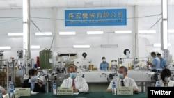 資料照片:美國衛生部長阿扎爾(左2)2020年8月11日參訪台灣一家口罩機工廠(取自阿扎爾推特)