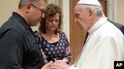 El papa Francisco consuela a Nick y Jodi Solomon, los padres de Beau Solomon, el estudiante estadounidense muerto en Roma.