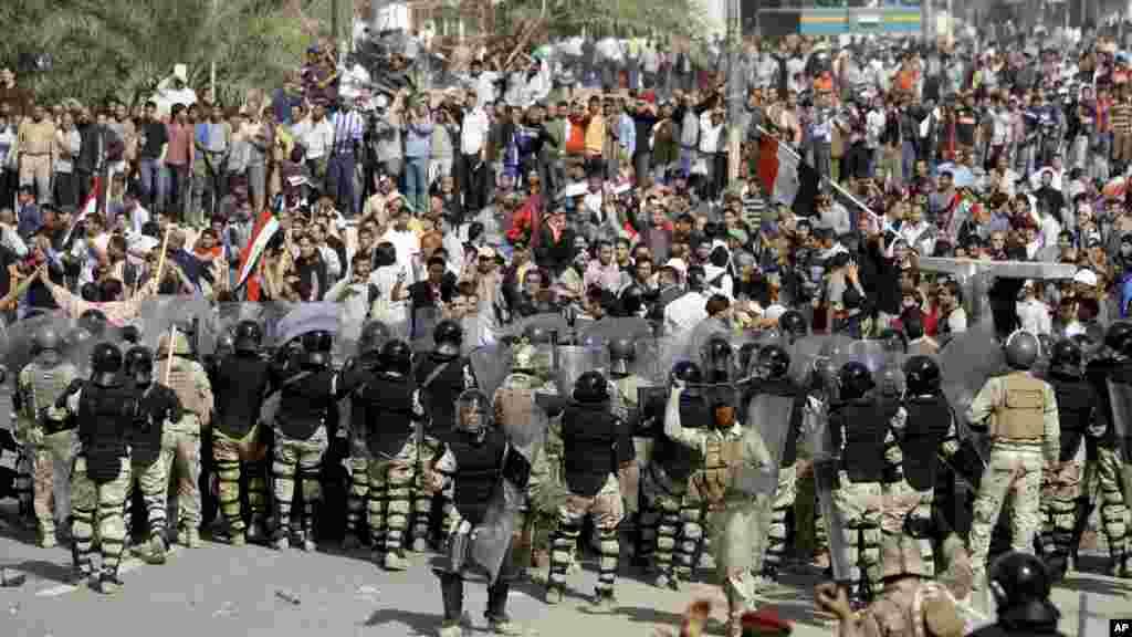 25 فروری 2011، بغداد: پولیس اہکار حکومت مخالف مظاہرین کو گرین زون میں داخل ہونے سے روک رہے ہیں