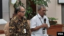 Juru bicara kasus virus korona atau Covid-19, dr. Achmad Yurianto (kanan) dalam jumpa pers di Jakarta, Selasa (3/3). (VOA/Fathiyah)