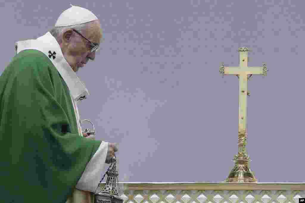 عکسی از پاپ فرانسیس در نیایش عمومی لیتوانی. او به این کشور سفر کرده است.