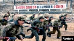 북한 조선중앙통신이 13일 공개한 노동적위대원들의 군사훈련 장면. 미국에 대한 적대 구호가 세겨져 있다.