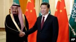 中國國家主席習近平在2014年和沙特阿拉伯王國親王薩勒曼•本•阿卜杜勒阿齊茲在北京人民大會堂握手(2014年3月13日)