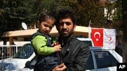 Kurd millatiga mansub suriyalik Jivon hozir to'rt yashar farzandi bilan Turkiyadagi qochoqlar lagerida yashayapti. Yayladagi, Turkiya, 22-mart, 2012-yil.