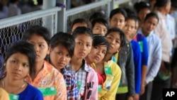 柬埔寨村民在法庭门口排队进入法庭听取对红色高棉大屠杀罪行进行的审判结果。(资料照片)