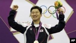 런던올림픽 남자 사격 50m 경기에서 금메달을 획득한 한국의 진종오 선수