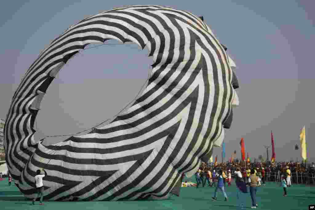 Papagaio gigante prepara-se para voar no Festival Internacional de Ahmadabad na Índia.