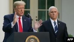 Predsednik Tramp i potpredsednik Pens na konferenciji za novinare 27. aprila 2020. (Foto: AFP/Mandel Ngan)