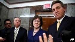 Senator Lindsi Qraham (solda), senator Süzan Kollinz və senator Ceff Fleyk