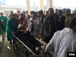 Injured man is transported from Bacha Khan University where an attack by militants took place, in Charsadda, Pakistan, Jan. 20, 2016 (Photo: N. Takar / VOA Deewa)