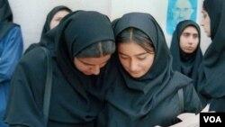 Dua mahasiswi di Teheran, Iran, membaca surat kabar reformis Mosharekat.