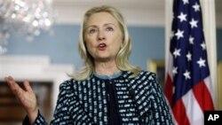 셰이크 하마드 빈 자심 알-타니 카타르 총리와 미 국무부에서 회담을 가진 뒤, 기자회견에서 시리아에 대한 질문에 답변하는 힐러리 클린턴 미 국무장관