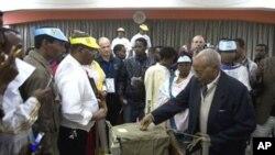 Jami'an zabe su na rufe akwatin kuri'a a bayan da aka kammala jefa kuri'a a wata rumfar zabe a Addis Ababa ranar Lahadi, 23 Mayu 2010.