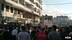 Los manifestantes desafían al gobierno en la ciudad portuaria de Banias, en Siria.