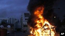 Un bus en feu à Croydon, dans le sud de Londres, le 9 août 2011