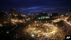 3일 카이로 타흐리르 광장에 모인 시위대와 진압 경찰