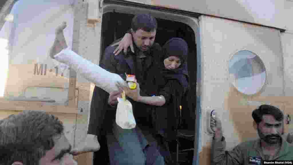 زلزلہ سے متاثرہ ایک خاتون کو ہیلی کاپٹر کے ذریعے اسپتال منتقل کیا جا رہا ہے۔