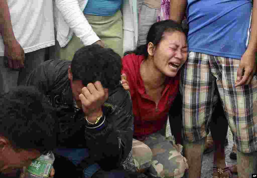 Thân nhân trong tỉnh Compostela Valley miền nam đau buồn khi nhận ra xác của bà con chết do bão Bopha.