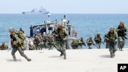 美国和菲律宾的海军陆战队员在菲律宾水域进行两国联合军事演习时演练两栖登陆 (资料照: 2018年5月9日)
