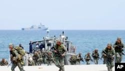 菲律宾和美国海军陆战队在为期两周的美菲联合军演中突袭了一个面朝南中国海的海滩。(2018年5月9日)