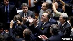 ບັນດາສະມາຊິກສະພາ ໄດ້ສະແດງຄວາມເຫັນ ຫຼັງຈາກລົງ ຄະແນນສຽງ ເພື່ອປົດປະທານາທິບໍດີ ທ່ານນາງ Dilma Rousseff ໃນຖານລະເມີດກົດໝາຍວ່າດ້ວຍງົບປະມານ ຢູ່ໃນນະຄອນຫຼວງ Brasilia ຂອງບຣາຊີລ, ວັນທີ 12 ພຶດສະພາ 2016.