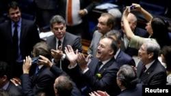 巴西参议院5月12日投票通过对罗塞夫总统违反预算法进行弹劾后,议员们鼓掌回应。