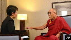 VOA's Xin Chen interviews the Dalai Lama at the Washington Hilton Hotel in Washington, D.C., July 12, 2011.