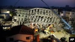 7일 타이완 타이난 시의 지진 피해 현장에서 긴급구조대가 생존자를 찾고 있다.