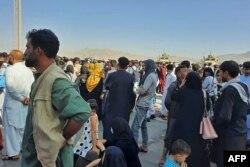 Kabil havalimanında binlerce kişi beklemeye devam ediyor