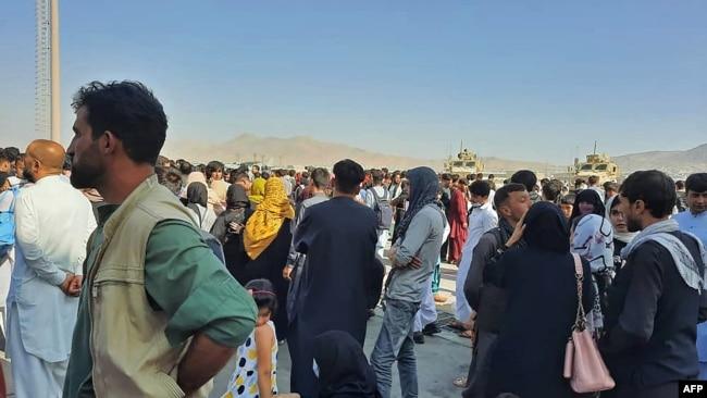 کابل ایئر پورٹ پر لوگ کا رش ہے۔