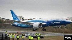 Boeing 787 Dreamliner, terbuat dari material komposit plastik, mampu menghemat bahan bakar hingga 20 persen.