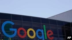 Logo Google di kantor pusat perusahaan di Mountain View, 19 Juli 2016. (Foto: AP)