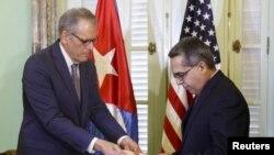 جفری دولورنتیس رئیس دفتر حافظ منایع آمریکا در هاوانا (چپ) در کنار مارسلینیو مدینا وزیر خارجه موقت کوبا - ۱َ ژوئیه ۲۰۱۵