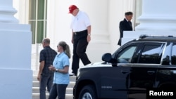 El presidente de EE.UU., Donald Trump, vestido para jugar golf, parte de la Casa Blanca hacia su Trump National Gold Club en Sterling, Virginia, el domingo 14 de julio de 2019.