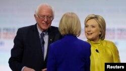 Kandidat calon Presiden AS dari Partai Demokrat, Sen. Bernie Sanders dan Mantan Menlu Hillary Clinton. REUTERS/Jim Young